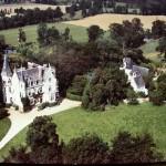 Le vieux manoir et le Château en style néo-gothique anglais construit en 1866 par Arthur Regnault pour J. des Bouïllons